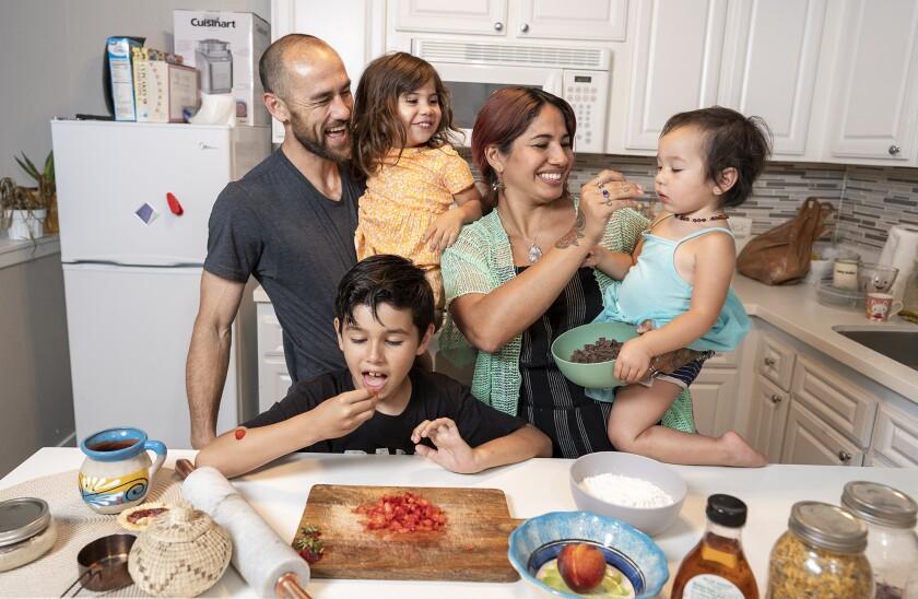 Silvana Zamara avec sa famille Sean Iliff, à gauche, avec Eva, 4 ans, Benji Thomas et Mia, 2 ans, à droite.