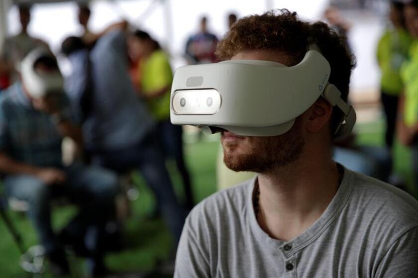 Un joven usa un equipo de realidad virtual este 19 de enero de 2019, en el parque temático Cristonauta antes de la Jornada Mundial de la Juventud en la ciudad de Panamá (Panamá). EFE