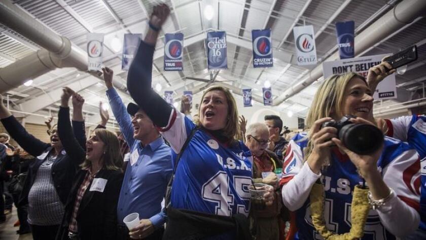 Partidarios del senador de Texas Ted Cruz celebran su victoria el lunes por la noche, en los caucus del partido republicano en Iowa.