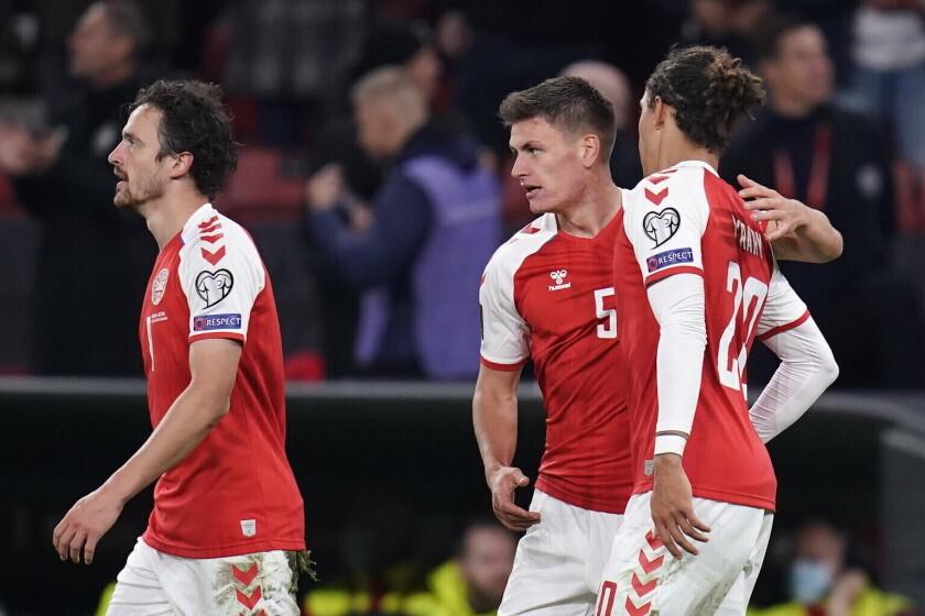 Joakim Maehle (centro) festeja con sus compañeros de la selección danesa, Thomas Delaney y Yussuf Poulsen