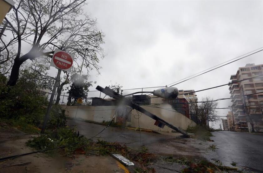Vista de un poste eléctrico caído tras el paso del huracán María en el municipio de San Juan (Puerto Rico). EFE/Archivo