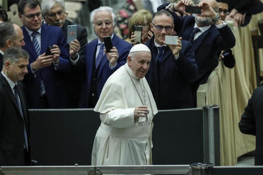 El papa Francisco llega a su tradicional audiencia general de los miércoles en la sala Nervi, en el Vaticano, este 12 de diciembre. EFE