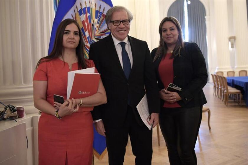 El secretario general de la Organización de Estados Americanos (OEA), Luis Almagro, posa junto a la abogada Tamara Sujú (i), directora ejecutiva del Instituto CASLA, y a la víctima de torturas en Venezuela Torbay Padilla (d), el martes 27 de noviembre de 2018. EFE/Archivo