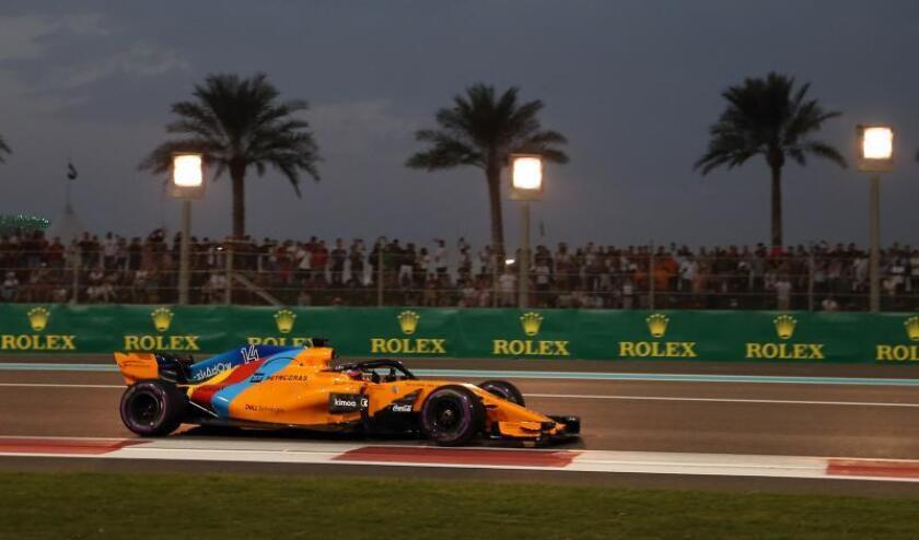 El piloto español de Fórmula Uno Fernando Alonso (McLaren), en el circuito de Abu Dabi, ayer. EFE