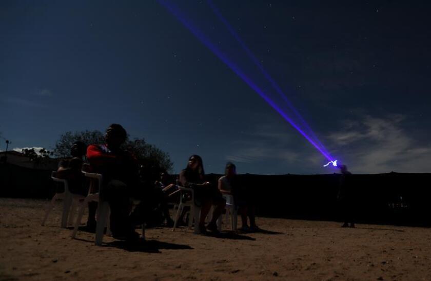 Fotografía del 25 de septiembre de 2018 de turistas en el observatorio astronómico del desierto de La Tatacoa, en el departamento de Huila (Colombia). EFE/Archivo