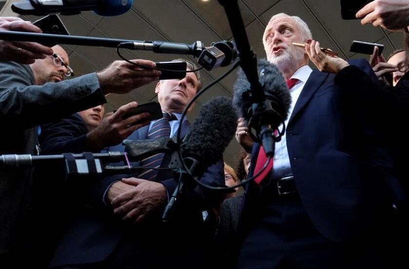El líder del Partido Laborista británico, Jeremy Corbyn (c), conversa con los medios. EFE/Archivo