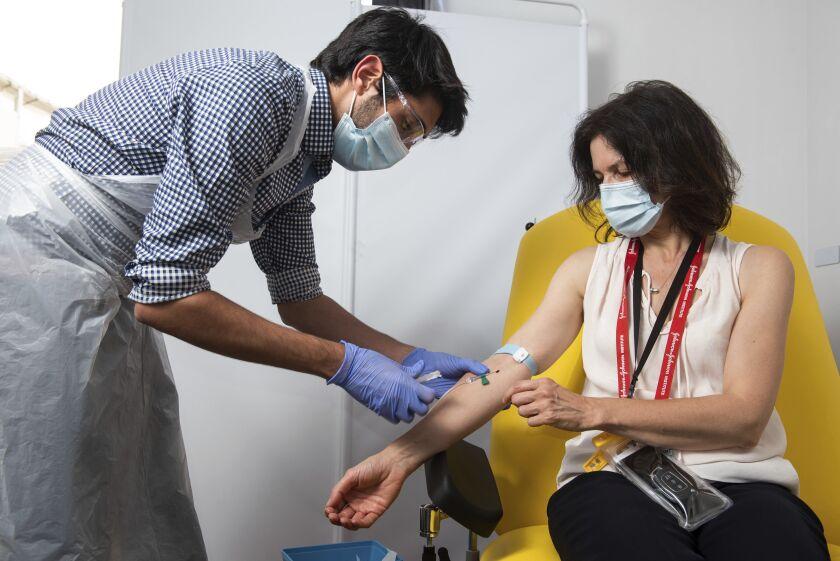 En esta fotografía sin fecha proporcionada por la Universidad de Oxford una voluntaria recibe la vacuna