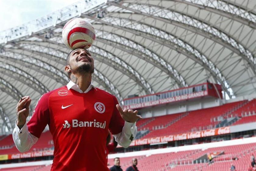 Fotografía tomada el pasado 15 de agosto en la que se registró al futbolista peruano Paolo Guerrero, de 34 años, durante su presentación con el club Internacional de Porto Alegre. EFE/Archivo