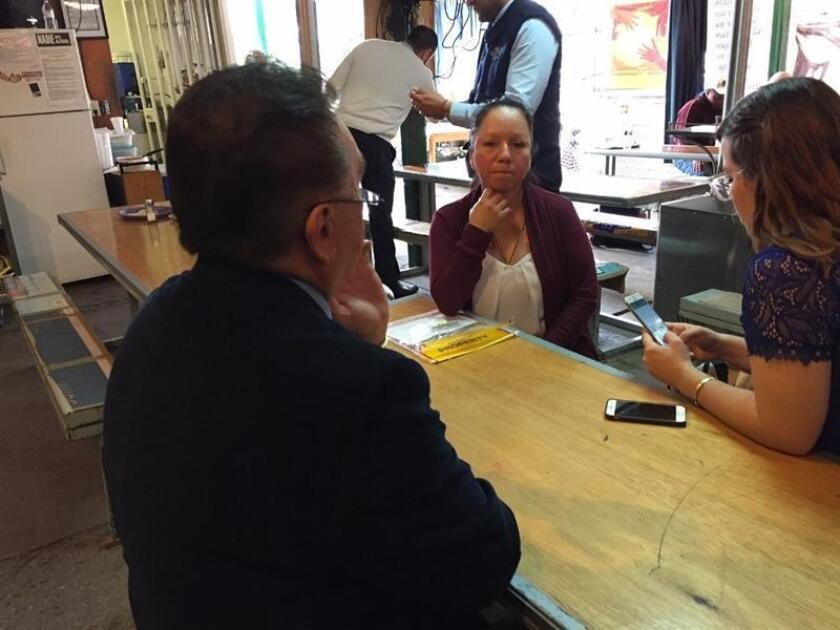 """Fotografía cedida por El Imparcial que muestra a la mexicana Guadalupe García de Rayos (c) durante una visita al Servicio de Inmigración y Control de Aduanas este jueves, 9 de febrero de 2017, en Nogales (México). La residente de Arizona (EEUU) Guadalupe García de Rayos confesó que se sintió como """"una criminal"""" cuando fue deportada a México tras vivir 21 años en Estados Unidos, país en el que deja a sus dos hijos menores de edad. EFE/El Imparcial/SOLO USO EDITORIAL"""
