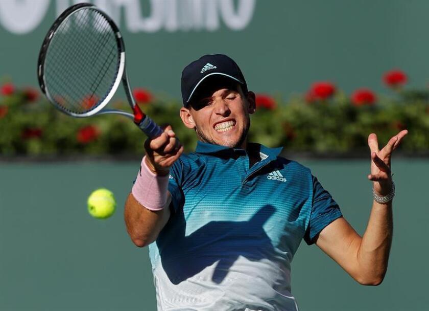El tenista austriaco Dominic Thiem en acción contra el suizo Roger Federer durante la final de Indian Wells. EFE