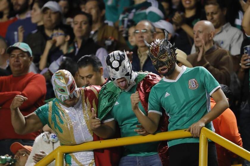 Aficionados mexicanos animan a la selección mexicana durante un partido de fútbol. EFE/Archivo