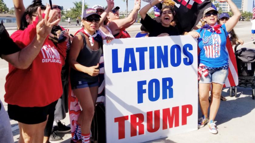 Elsa Aldeguer (con camisa negra sin mangas) posa para una foto en un mitin por Trump.