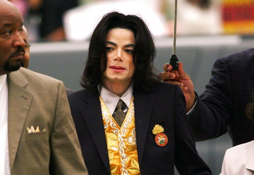 En esta fotografía del 25 de mayo de 2005 Michael Jackson llega a la corte del condado de Santa Barbara