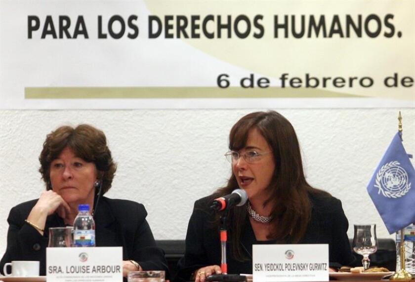 """La presidenta del partido Movimiento de Regeneración Nacional (Morena) de México, Yeidckol Polevnsky, dijo hoy que """"la movilidad es un derecho humano"""" y que al gobierno mexicano no le corresponde controlar el paso de la caravana de hondureños que huye de la pobreza y la violencia en su país. EFE/ARCHIVO"""