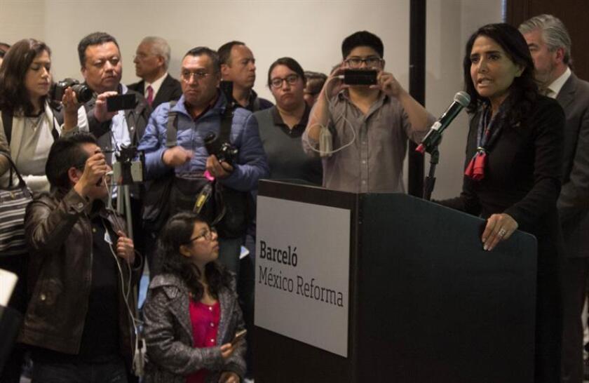 La exlíder del sindicato de sobrecargos de aviación, Alejandra Barrales (d), habla hoy, miércoles 17 de enero de 2018, durante una rueda de prensa en Ciudad de México (México). EFE