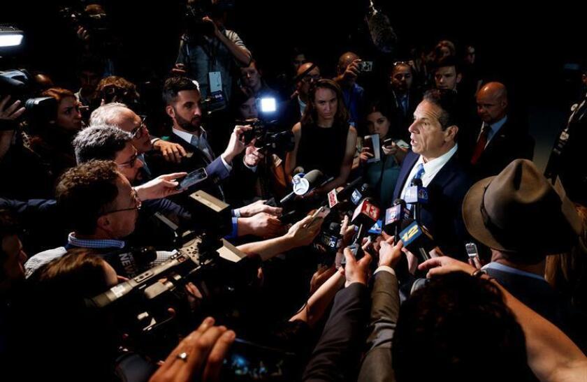 El gobernador de Nueva York Andrew Cuomo (d) habla con la prensa. EFE/Archivo
