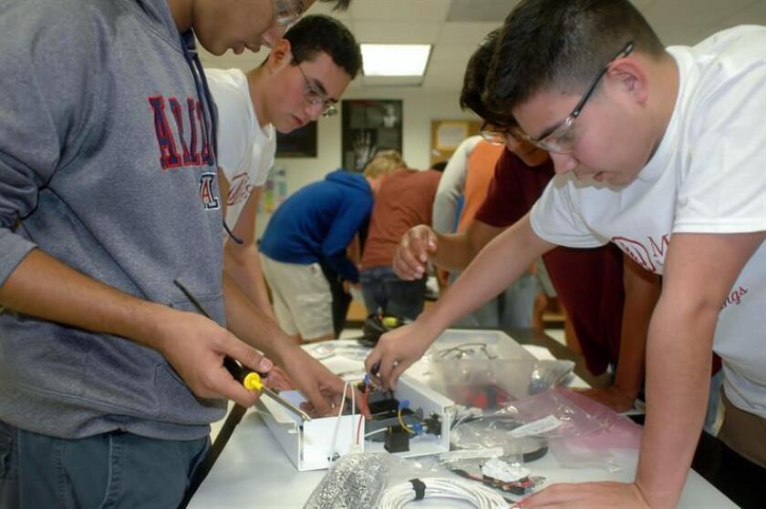 """Estudiantes del club de tecnología humanitario de la escuela secundaria University High de Arizona y estudiantes de México se reúnen en Tucson (Estados Unidos) para construir hoy, sábado 3 de marzo de 2018, """"maletas solares"""" o generadores de energía, que serán donadas a un orfanato mexicano, como parte de un programa nacional que permite a los jóvenes aprender sobre ciencia al tiempo que contribuyen a sus comunidades. EFE"""