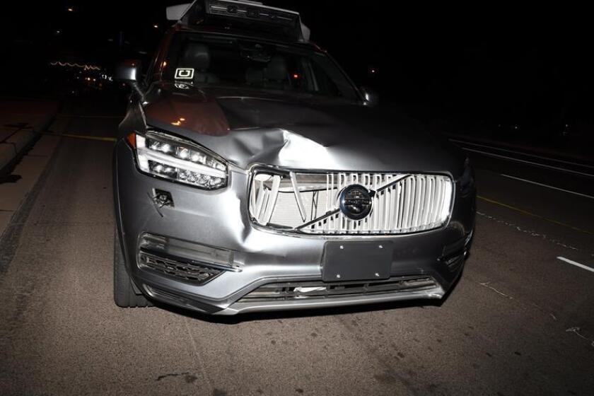 Fotografía cedida por el Departamento de Policía de Tempe, donde se aprecia el automóvil autónomo de Uber implicado en un fatal accidente colisionando con una persona que caminaba junto a una bicicleta en marzo pasado. EFE/Departamento de Policía de Tempe/SOLO USO EDITORIAL/NO VENTAS