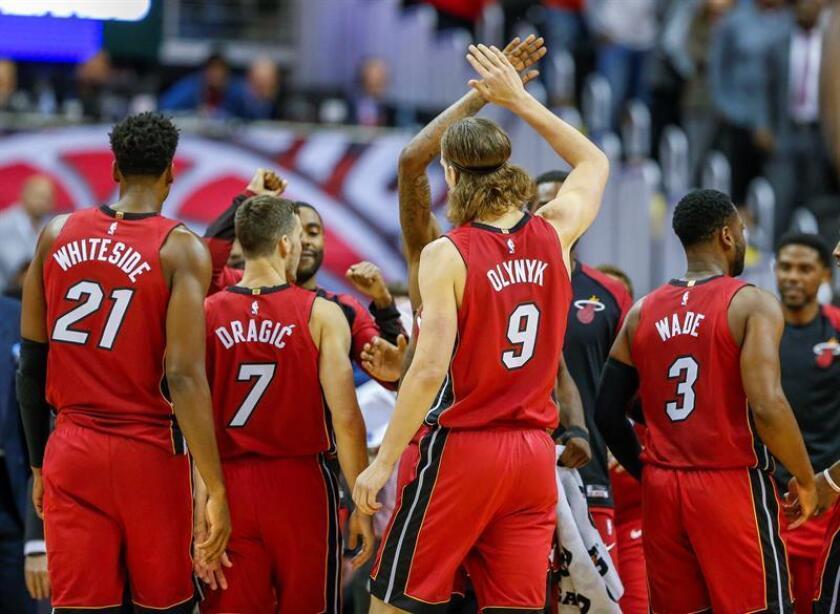 Jugadores de Miami Heat celebran una anotación durante un partido de baloncesto de la NBA disputado en el CapitalOne Arena, en Washington (EE.UU.). EFE