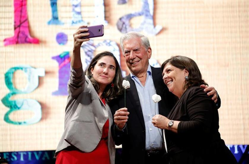 Cuban journalist Yoani Sánchez (l.), Peruvian writer Mario Vargas Llosa (c.) and Peruvian journalist Rosa Maria Palacios (r.) pose for a selfie at the Hay Festival Arequipa on Nov. 9, 2018, where he reveals that his next novel will be inspired by something that once occurred in Guatemala. EFE-EPA/Stringer