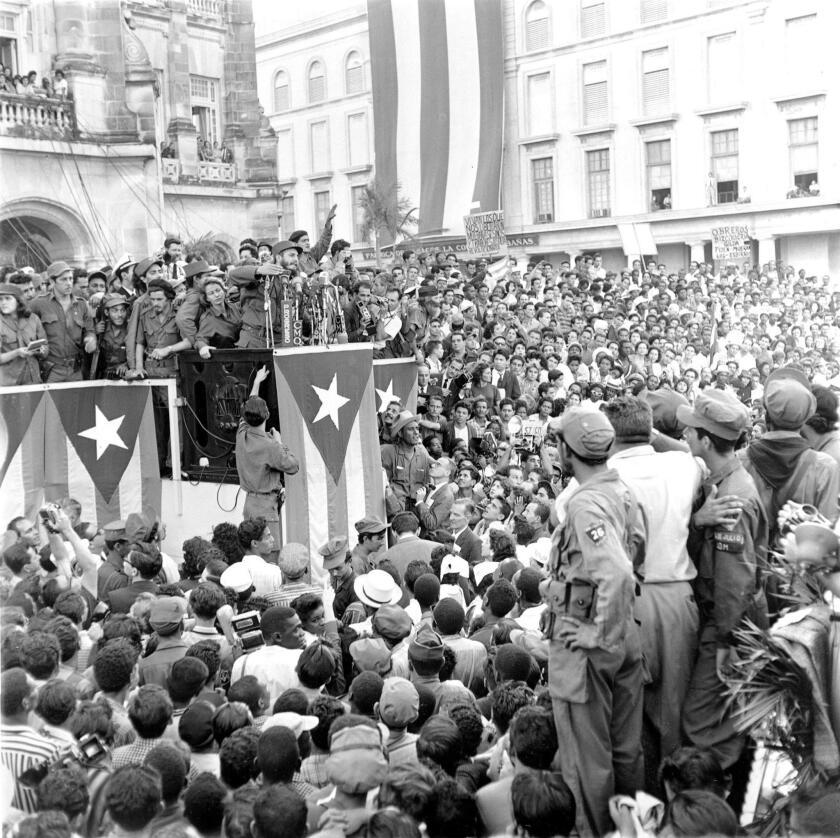 Del Conde conoció a Castro en julio de 1955 cuando éste entró a su armería en el centro de la Ciudad de México para preguntar por algunos dispositivos.