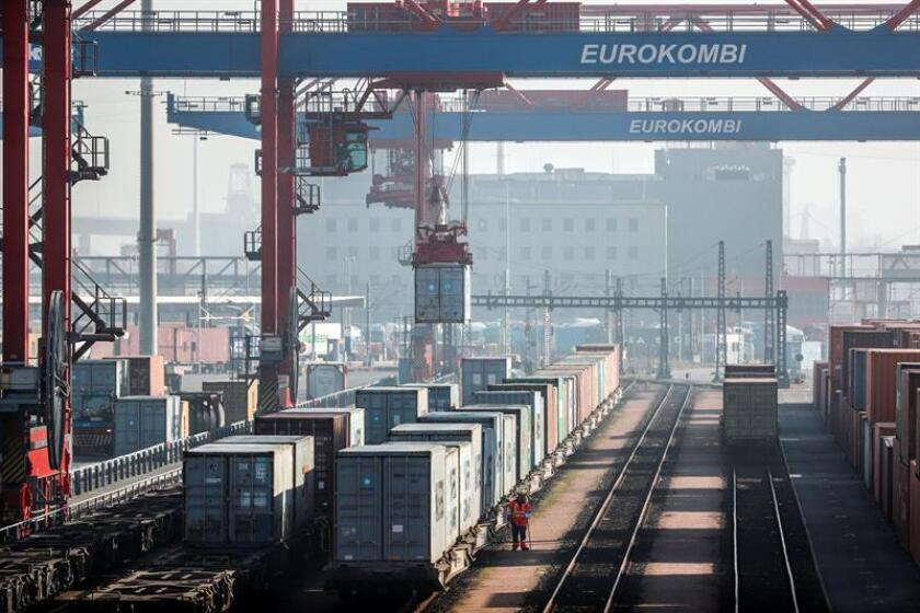 Una grúa transporta un contenedor en el puerto de Hamburgo, Alemania. EFE/Archivo