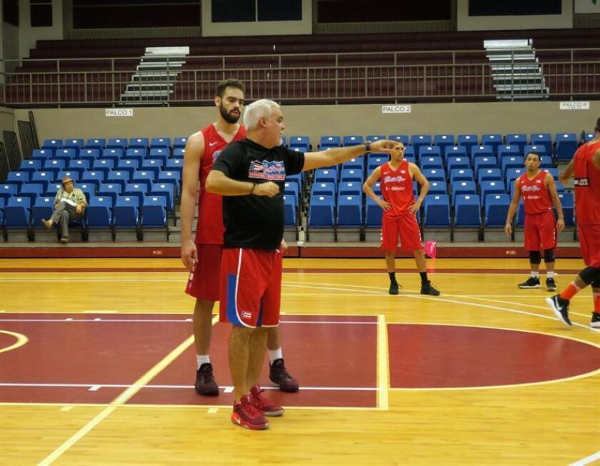 Juan Ramón Rivas (c-i), recibe instrucciones de Omar González (c-d), durante un entrenamiento con la selección de la isla caribeña en San Juan (Puerto Rico). EFE/Archivo