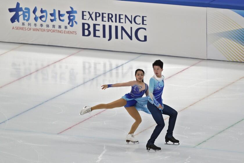 En foto del viernes 2 de abril del 2021, patinadores de hielo practican su rutina en el Capitol Indoor Stadium