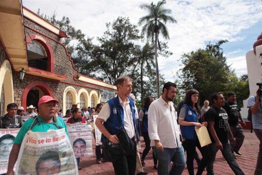 El alto comisionado para los Derechos Humanos de las Naciones Unidos (ONU), Jan Jarab (2d), se dirige hacia la escuela normal de Ayotzinapa (México). EFE/Archivo