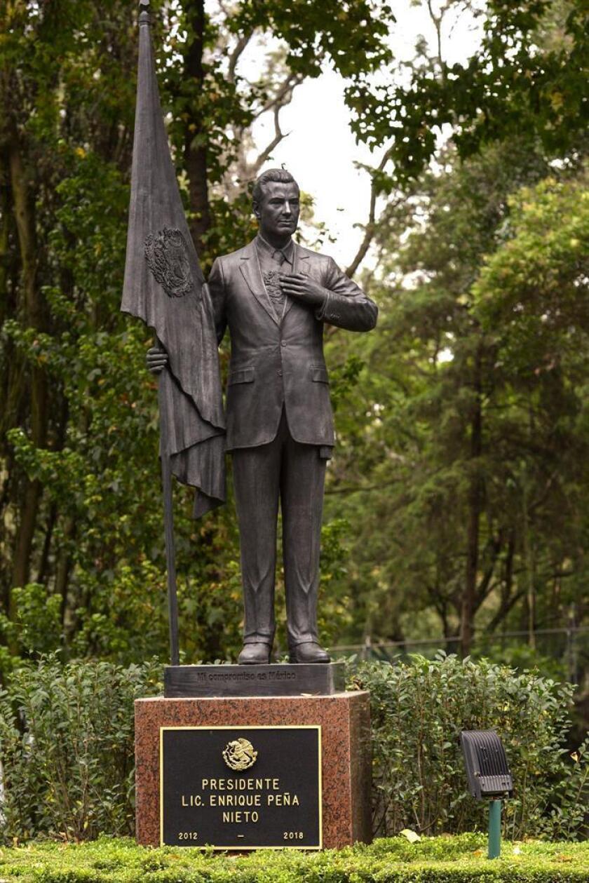 Fotografía cedida por la Presidencia de México hoy, jueves 29 de noviembre de 2018, de la estatua del presidente Enrique Peña Nieto, en la Calzada de los Presidentes de la Residencia Oficial de Los Pinos, en Ciudad de México (México). EFE/PRESIDENCIA MÉXICO/SOLO USO EDITORIAL/NO VENTAS