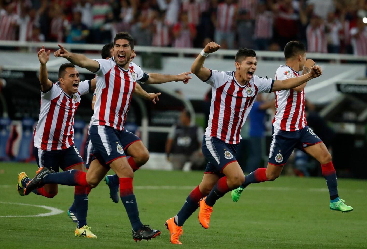 Los jugadores de Chivas festejan su victoria ante Toronto FC en la final de la Liga de Campeones de la CONCACAF, el miércoles 25 de abril de 2018 (AP Foto/Eduardo Verdugo) ** Usable by HOY, ELSENT and SD Only **