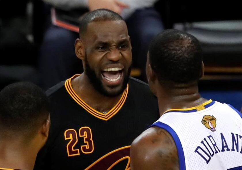En la imagen un registro de Kevin Durant (d), d elos Warriors de Golden State, al discutir con LeBron James (i), de los Cavaliers de Cleveland. EFE/Archivo