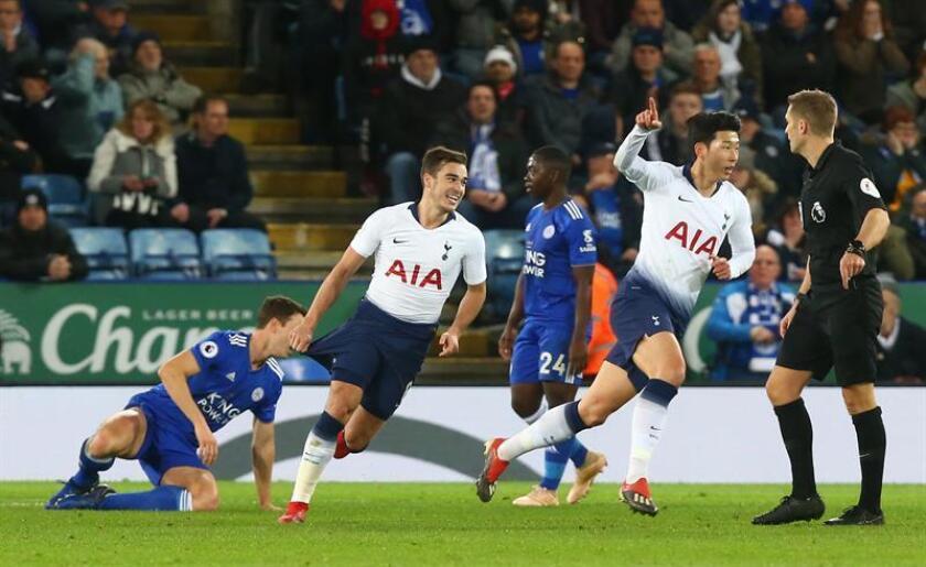 El jugador coreano del Tottenham Hotspur Son Heung-Min (d) celebra su gol al Leicester City en el King Power Stadium de Leicester, Reino Unido. EFE/EPA