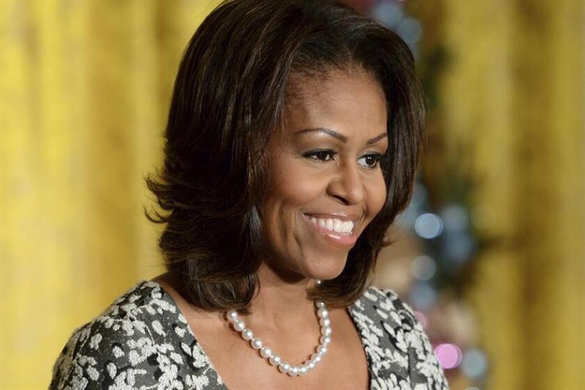 Michelle Obama se ha esforzado durante décadas en ser algo más que la esposa de un deslumbrante político, y refleja esa misión en su primer libro de memorias, más centrado en los altibajos cotidianos de su vida que en el brillo de su periodo como celebridad mundial en la Casa Blanca. EFE/Archivo