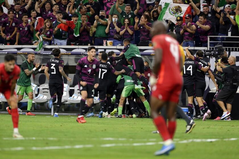 México celebra en el banquillo el gol de la victoria del mediocampista Héctor Herrera