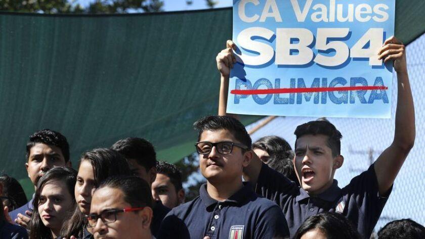Los estudiantes de la Academia Avance Charter School en Highland Park se reúnen en octubre de 2017 para apoyar el Proyecto de Ley Senatorial 54, la llamada ley estatal santuario de California. (Mel Melcon / Los Angeles Times)