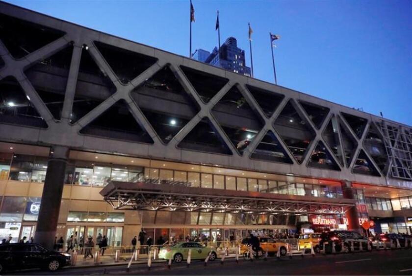Fotografía de archivo tomada el 2 de marzo de 2017 que muestra la terminal de autobuses de la Autoridad del Puerto en Nueva York (Estados Unidos). EFE/Archivo