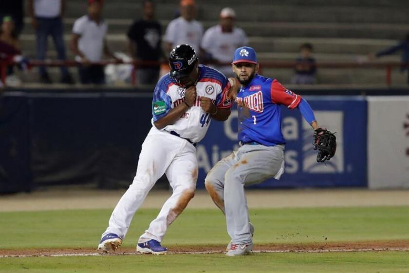 Wilkin Castillo (i) de las Estrellas Orientales de República Dominicana en acción contra Jack Lopez (d) de los Cangrejeros de Santurce de Puerto Rico este jueves, durante un partido de la Serie del Caribe en el estadio nacional Rod Carew en Ciudad de Panamá (Panamá). EFE