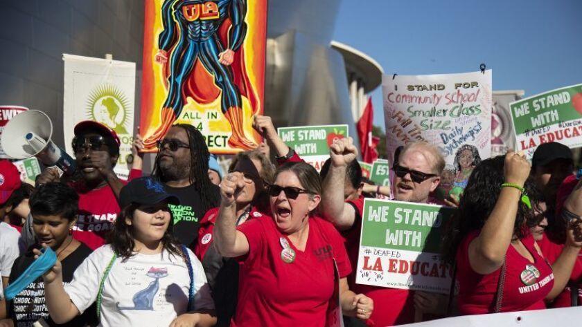 Manifestantes se unen a la marcha del sindicato de maestros en el centro de Los Ángeles el mes pasado. (Gina Ferazzi / Los Angeles Times)