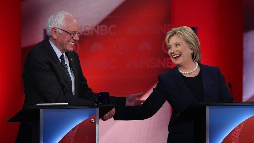 Sanders y Clinton en un saludo de pocos amigos. En el Partido Demócrata hay aproximadamente 4.491 delegados, que son asignados a los candidatos mediante diferentes fórmulas. Un candidato necesita a 2.246 para lograr la nominación.