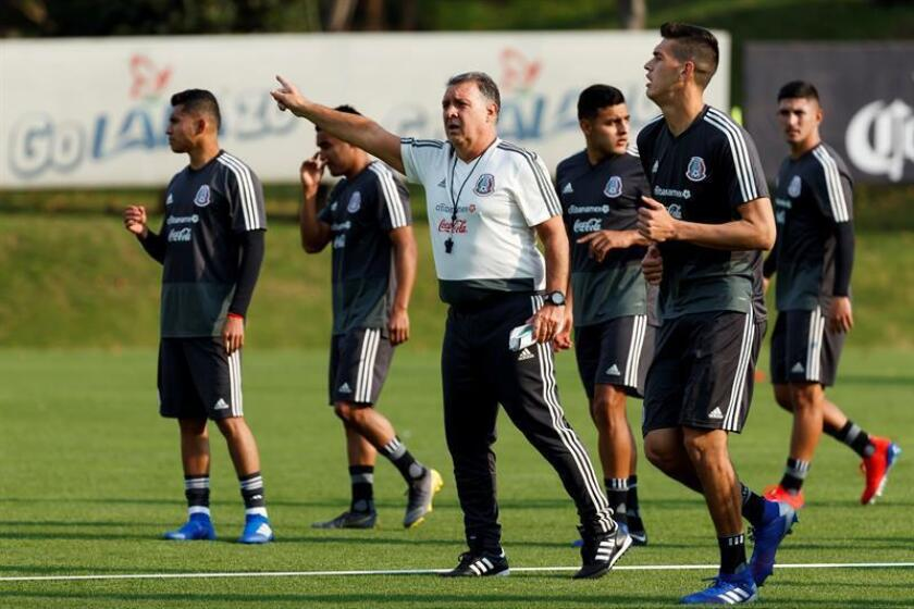 El argentino Gerardo 'Tata' Martino (c), seleccionador de México, dirige a su equipo durante un entrenamiento este lunes, en Ciudad de México (México), como parte de su preparación para el partido del 22 de marzo próximo ante Chile, en su debut al frente del Tricolor. EFE