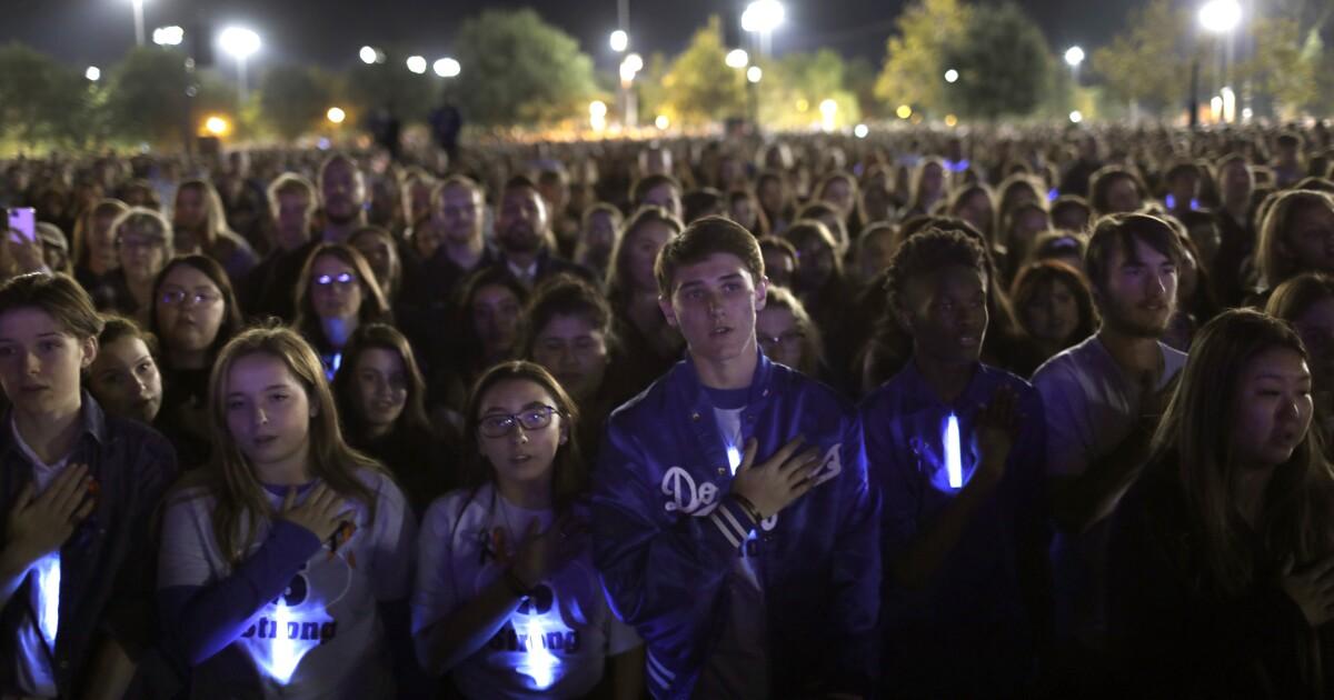 何千人も集まろうそくの光に包まれ幻想的な徹夜でサンフェルナンド地区覚える学校が撮影の被害者
