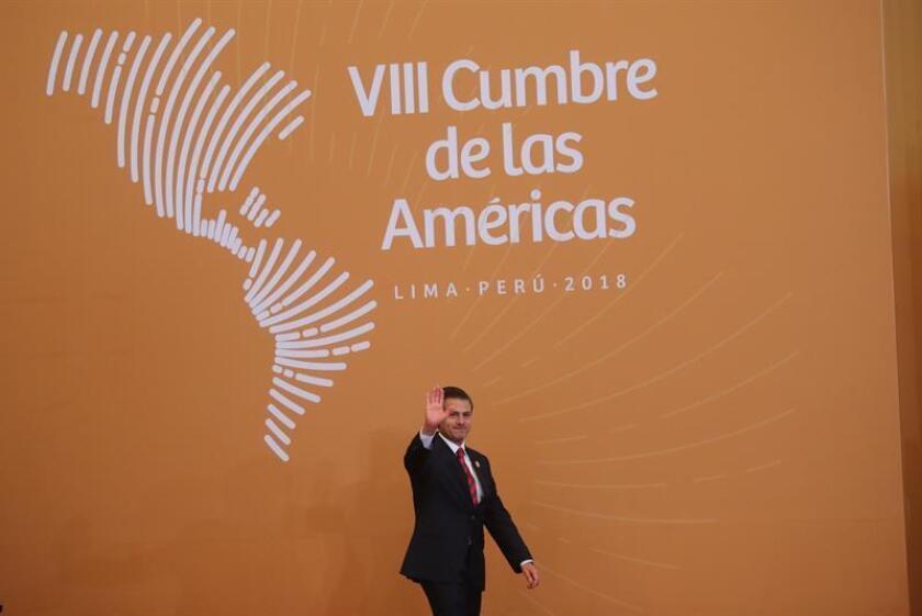 El presidente de México, Enrique peña Nieto, llega para la foto oficial de la VIII Cumbre de las Américas hoy, sábado 14 de abril de 2018, en el Centro de Convenciones de Lima (Perú). EFE