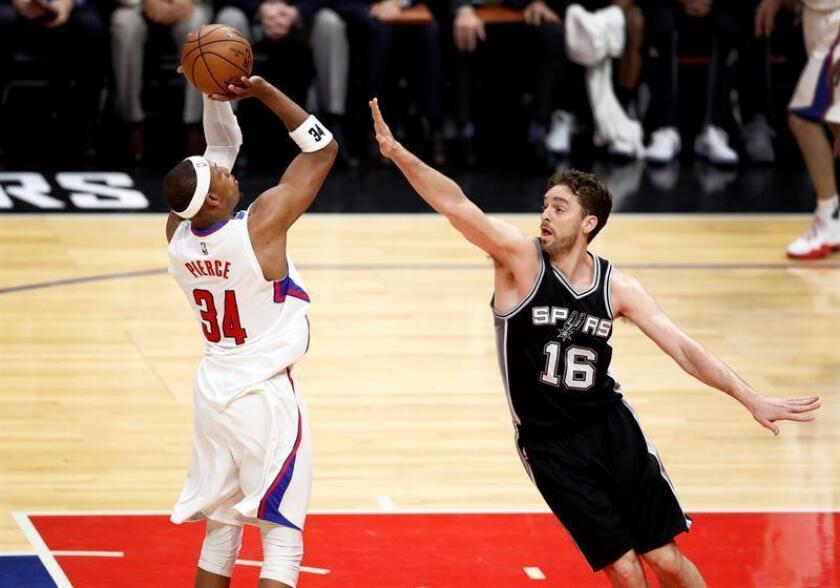 El pívot español de los Spurs de San Antonio Pau Gasol (d) intenta bloquear el lanzamiento de Paul Pierce, de los Clippers de Los Ángeles, durante el partido. EFE