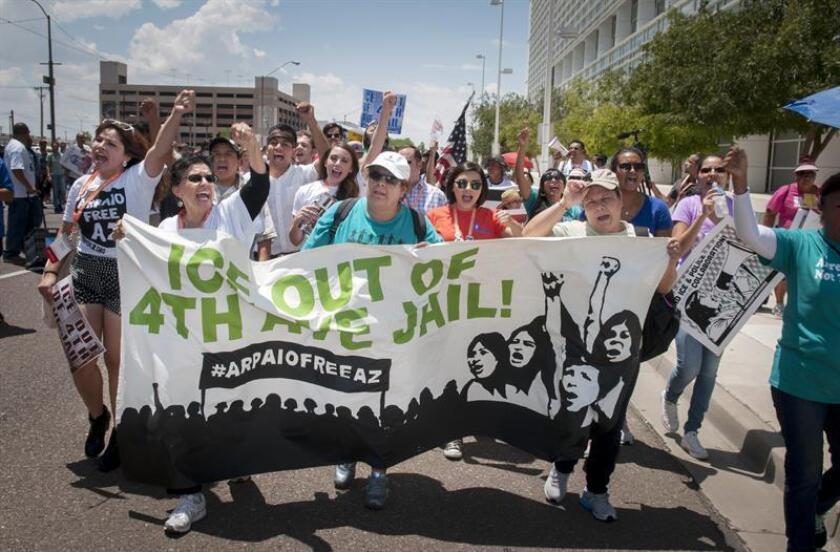 """Centenares de activistas, inmigrantes, latinos y miembros del grupo progresista Netroots Nation marchan en la ciudad de Phoenix, Arizona, el 17 de julio de 2015. Los más de 400 participantes caminaron y criticaron que por años la comunidad hispana local ha sido """"acosada y perseguida"""". EFE/Archivo"""