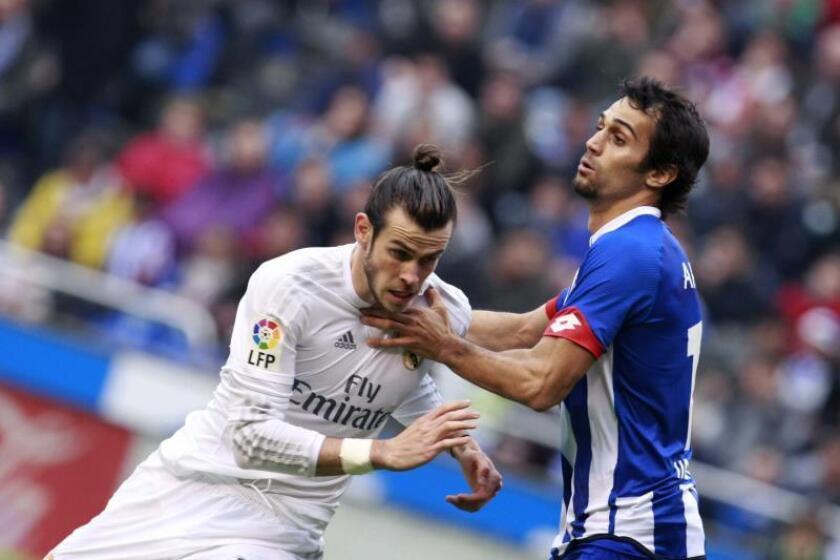 El centrocampista galés del Real Madrid Gareth Bale (i) intenta avanzar ante la oposición del defensa Alejandro Arribas en el estadio de Riazor, en A Coruña. EFE/Archivo
