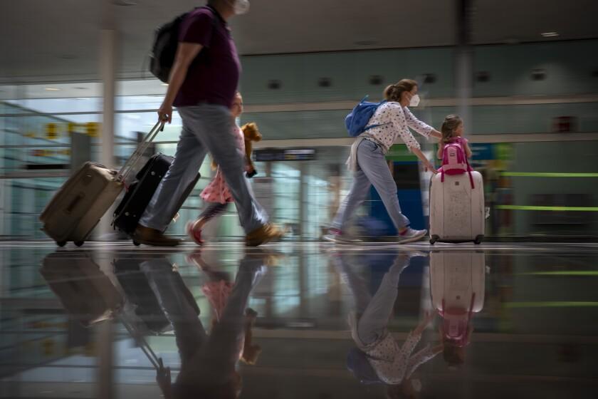 Turistas llegando al aeropuerto de Barcelona, España.