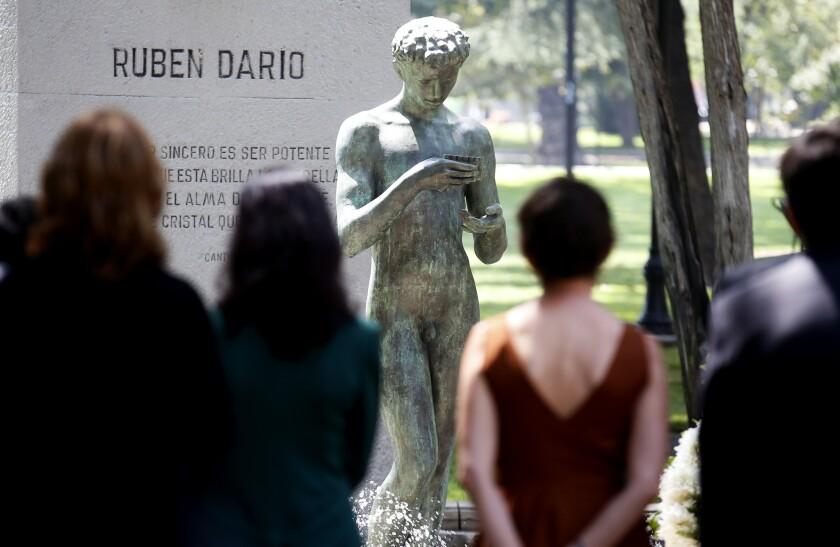 """CH01. SANTIAGO (CHILE), 03/02/2016.- Vista del monumento del poeta nicaragüense Rubén Darío en la ceremonia en conmemoración del centenario de la muerte del poeta, en el parque Forestal en Santago (Chile). Por estos días se cumplen cien años de la muerte del poeta y escritor nicaragüense Rubén Darío, propulsor del modernismo en hispanoamérica, además de """"buen amigo de Chile"""", país donde se realizó hoy un homenaje en su memoria. EFE"""