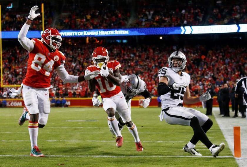 El jugador de Kansas City Chiefs, Tyreek Hill (c), corre con el balón para un touchdown contra los Raiders de Oakland en la segunda mitad del partido de fútbol de la NFL en el Estadio Arrowhead en Kansas City, Misuri, EE.UU. EFE