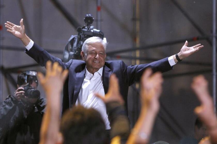 Cientos de simpatizantes del candidato izquierdista Andrés Manuel López Obrador, lo aclaman durante su arribo a la Plaza de la Constitución de la Ciudad de México tras conocer su triunfo en las elecciones. EFE